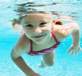 Девочка плавает в морской воде