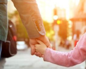 Папа и дочь держатся за руки
