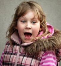 Девочка на улице кричит