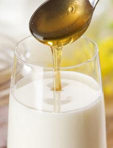 Вливают жидкий мед в молоко