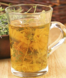 Стакан ромашкового чая