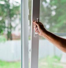 Человек открывает окно для вхождения свежего воздуха