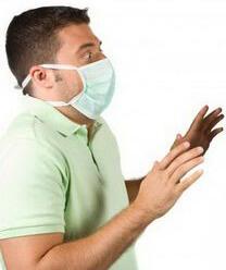 Мужчина держится подальше от инфекции