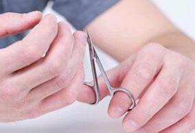 Подстригает ногти на руках